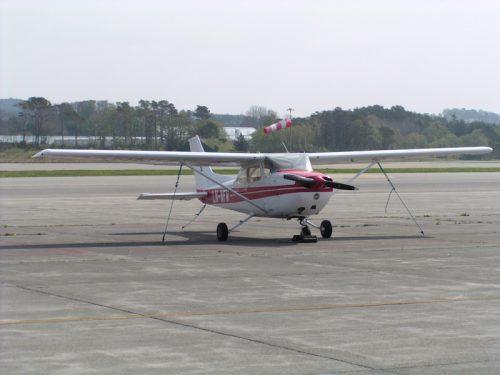 Her står flyet godt tjoret i vinden. Det blåste friskt denne helga!
