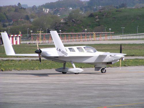Rutan 74 Defiant LN-DDD. En to motors (push-pull) selvbygd canard. Knipset på Stavanger Lufthavn Sola (ENZV) 26.04.2009